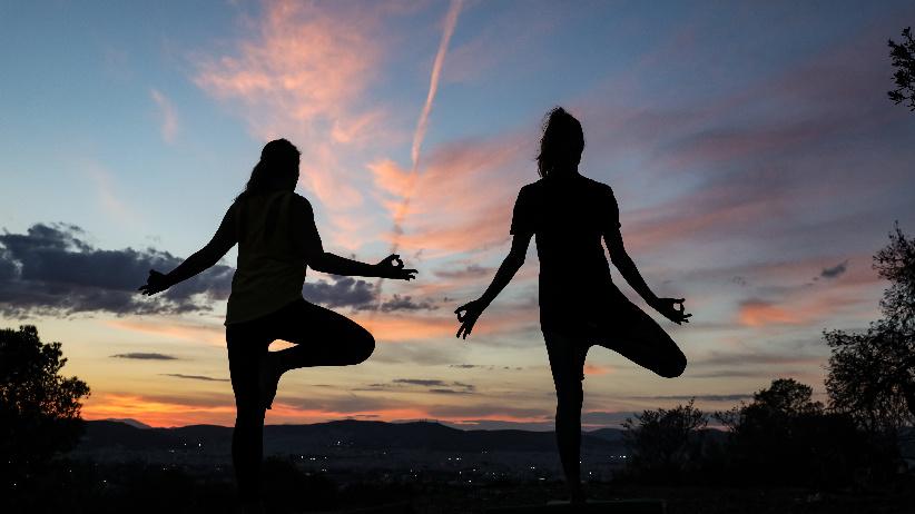 大家一起练瑜伽
