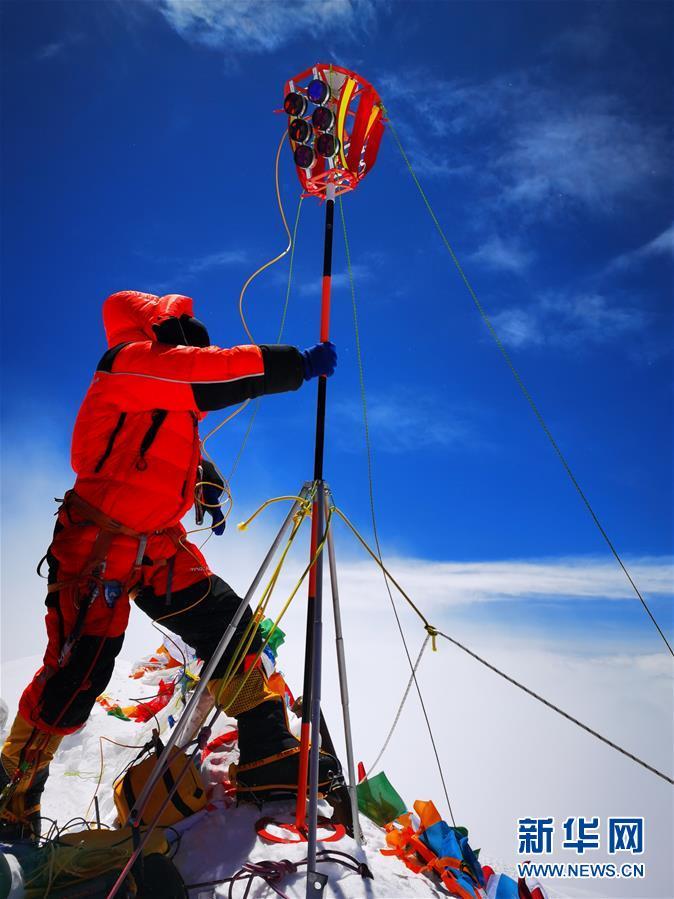 (2020珠峰高程测量)(7)独家照片:珠峰高程测量登山队队员在峰顶开展测量工作