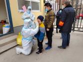 """王冰:天寒人情暖 穿梭在抗疫一线的""""孩子王"""""""